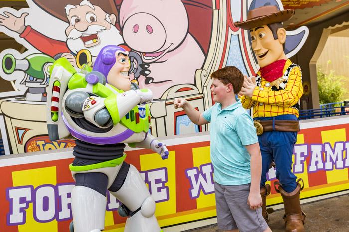 Woody e Buzz receberem os visitantes em Toy Story Land