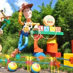 Woody recepciona os visitantes na entrada do Toy Story Land