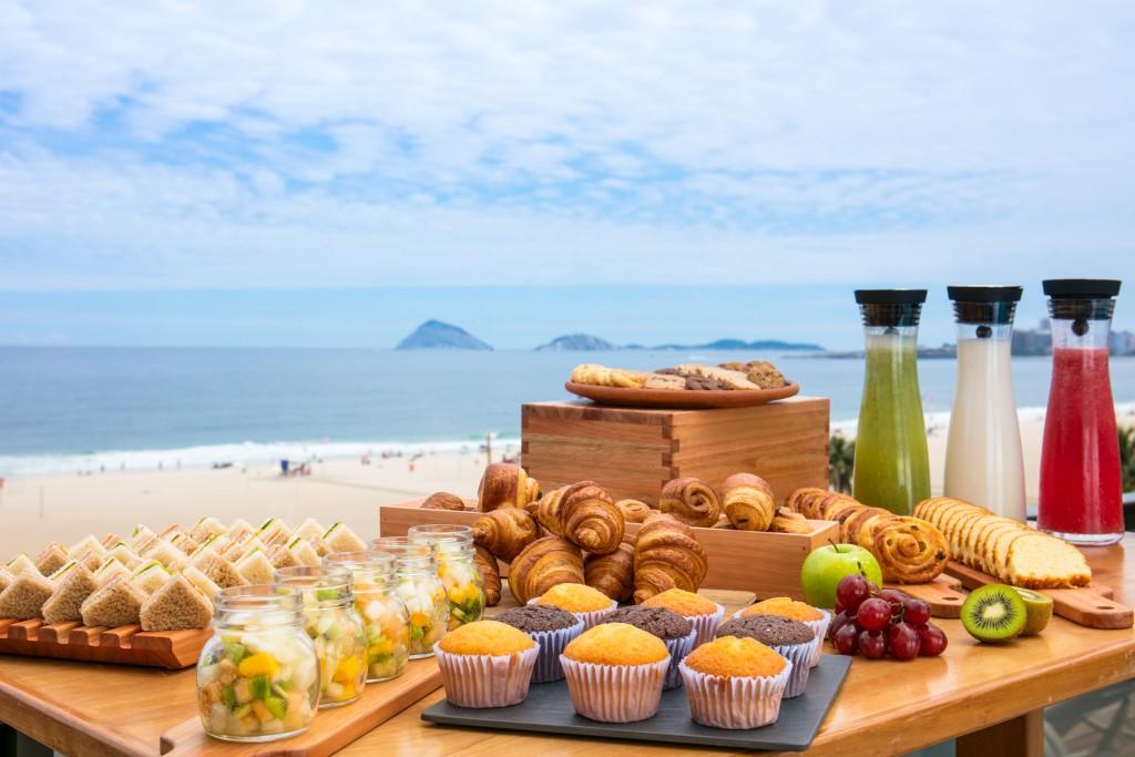 café especial que inclui seleção de pães, frios, cestinha de pão de queijo, prato de frutas, bolo da casa