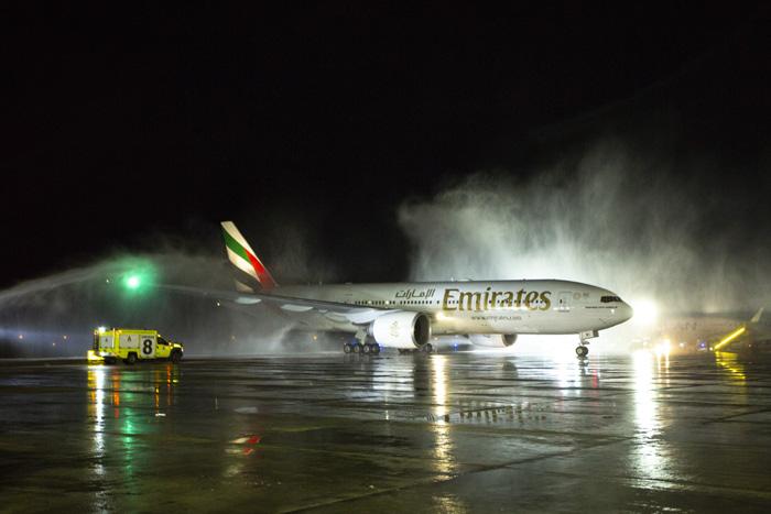 Boeing 777-200LR da Emirates foi recepcionado com jatos d'água no Aeroporto Internacional de Santiago