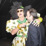 Humorista Aurineide Camurupim com Emerson Sanglard, na chegada do voo