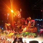 Alegorias enormes tomam conta da arena durante o festival