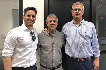 Moacir Barbosa (centro), com André Velasque, gerente de Vendas da base BH, e Leonardo Mignani, diretor regional de Vendas para ES, MG e RJ