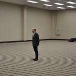 Antonio Dias parado no centro de uma das enormes salas do Royal Palm Hall