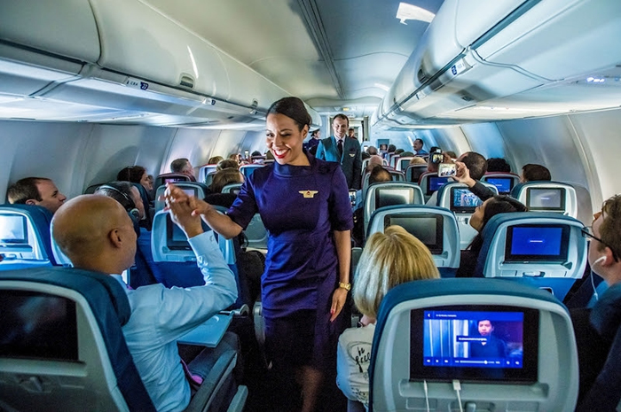 Selecionados entre milhares de candidatos, os comissários de bordo da Delta são reconhecidos como os melhores do setor