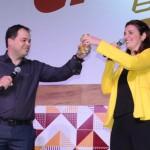 Eduardo Busch, CEO da Passaredo, brinda com Eliana Cassandre, do Grupo Petrópolis