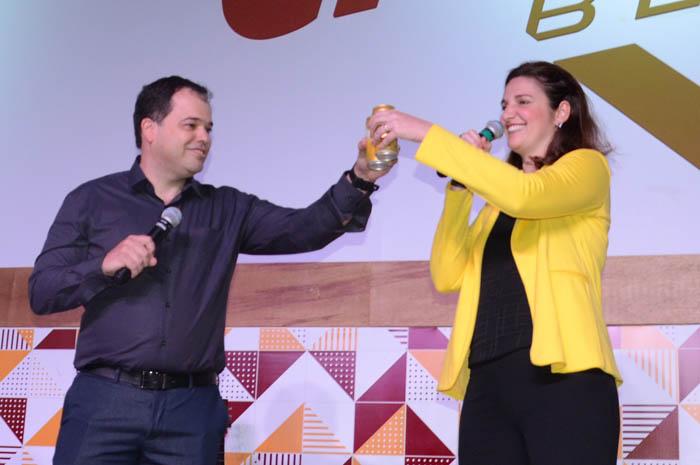 Eduardo Busch, diretor-executivo da Passaredo brindou com Eliana Cassandra, gerente de propaganda do Grupo Petrópolis, para comemorar a parceria