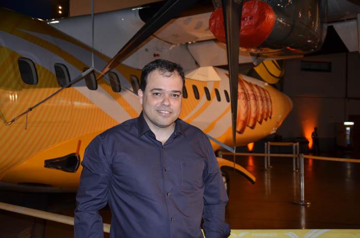 Eduardo Busch, CEO da Passaredo, com aeronave personalizada ao fundo