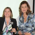 Estela Farina, da Clia Brasil, entregou uma homenagem a Teté Bezerra, presidente da Embratur