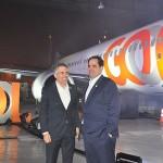 Kakinoff e Eduardo Bernardes comemoram a chegada da nova aeronave