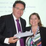 Ministro do Turismo, Vinicius Lummertz, recebeu homenagem de Estela Farina, da Clia Brasil