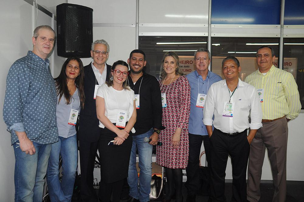 Normando Pierini, diretor da Avirrp, com os agentes de viagens que participaram do Fórum A Voz do Agente