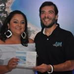 Patricia Silva, vencedora na categoria Central de Reservas, recebeu o prêmio de Marcelo Bento