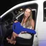 Poliana Vieira, recebe o prêmio de primeira colocada na campanha