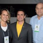 Rogério Mendes, da CVC, entre Graziella Fritscher, da Secretaria de Turismo de Maceió, e Paulo Kugelmas, superintendente de Turismo de Alagoas
