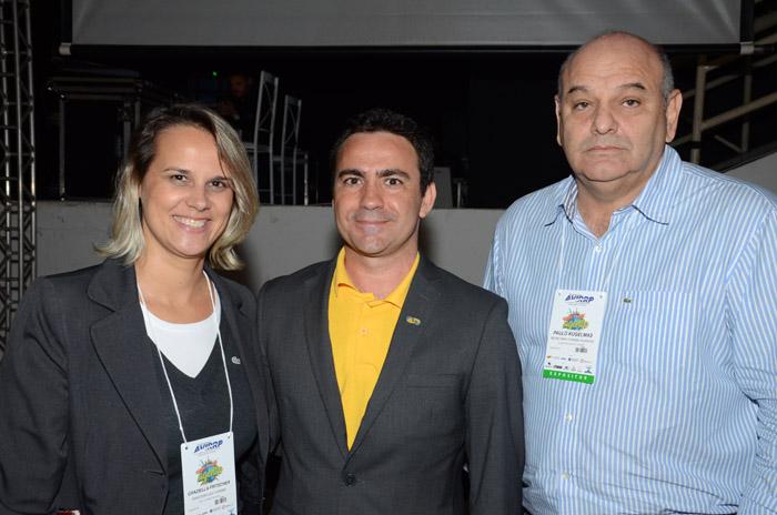 Rogério Mendes, da CVC, entre Graziella Fritscher, da Secretaria de Turismo de Maceió, e Paulo Kugelmas, serintendente de Turismo de Alagoas