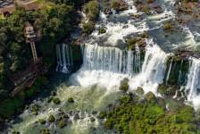 Foz do Iguaçu e Puerto Iguazú assinam novo acordo sobre transporte turístico