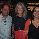 Catia Frias, da American Airlines, recebe homenagem de Ney Neves, da AMResorts, e Ana Donato, da Imaginadora