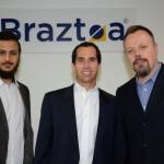 Jonathan Bardaro e Alexandre Ferreira Martins, da B2Brasil, e Fabiano Simm, da TZ Systems