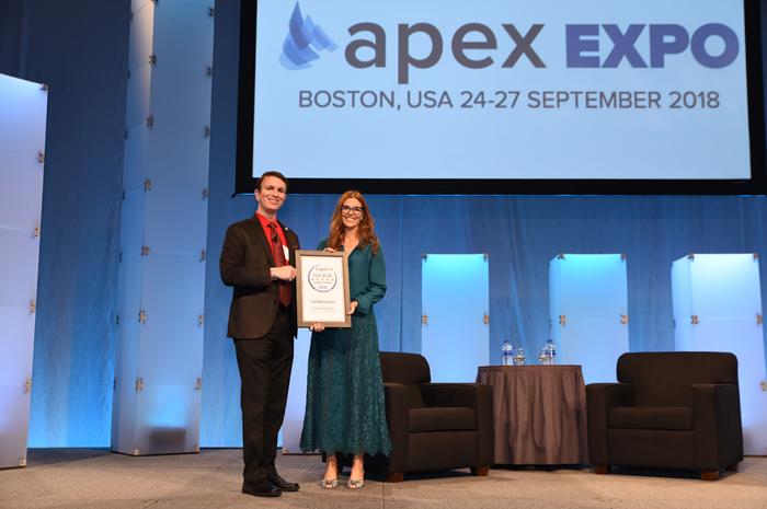 "Claudia Sender recebe certificado ""Five Star Global Airline"" de Joe Leader, CEO da Apex"