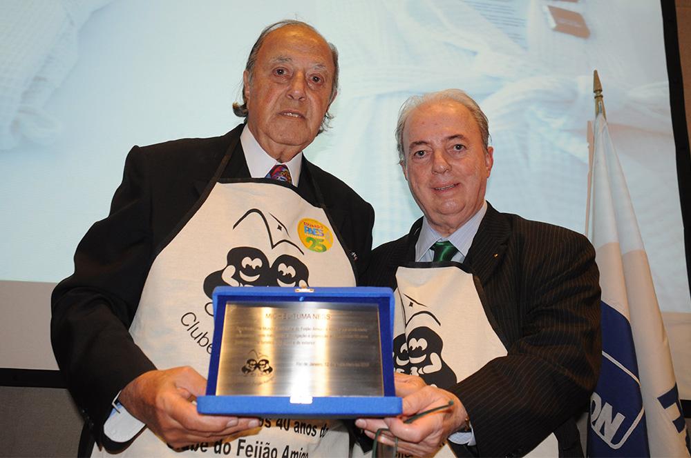Nilo Sergio Felix, secretário de Turismo do RJ e presidente do Clube do Feijão Amigo no Rio, entregou uma homenagem ao fundador Michel Tuma Ness