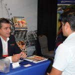 Patrick Yvars, do Visit Orlando, atende Victor Manuel, da Volares Viajes do Peru