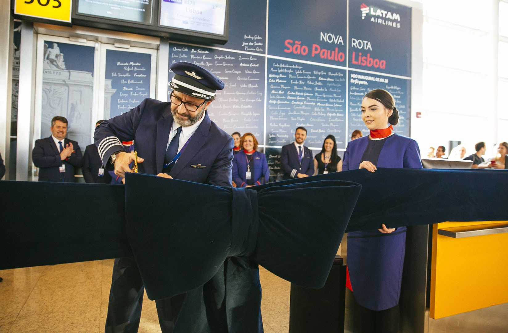 Comandante corta o laço e celebra o voo inaugural
