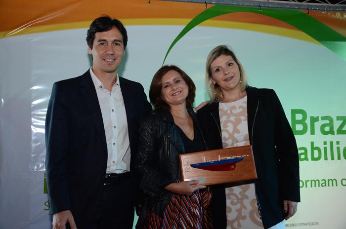 Christiane Caetano e Mayara Rodrigues, do Hotel Sesc Porto Cercado (MT) receberam o prêmio de Fernando Beltrame, da Ecaplan