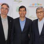 Claudio Tinoco, secretário de Turismo de Salvador, entre Roberto Duran, presidente, e Paulo Gaudenzi, VP de Relações Institucionais do Salvador Destinations