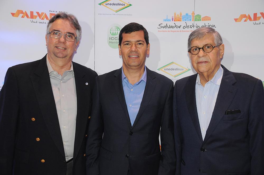 Claudio Tinoco, secretário de Turismo de Salvador, com Roberto Duran, presidente, e Paulo Gaudenzi, VP de Relações Institucionais do Salvador Destinations