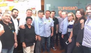 Empresários do RJ entregam documento ao candidato Eduardo Paes
