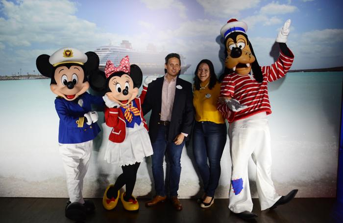 Jonathan Frontado e Paula Mena Barreto Hall, da Disney, com Mickey, Minnie e Pateta