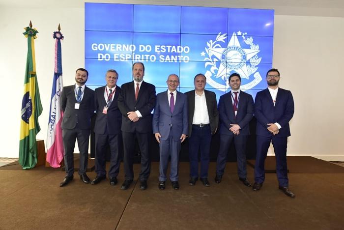 Representantes das companhias aéreas Avianca, Gol, latam e Azul reunidos após a assinatura