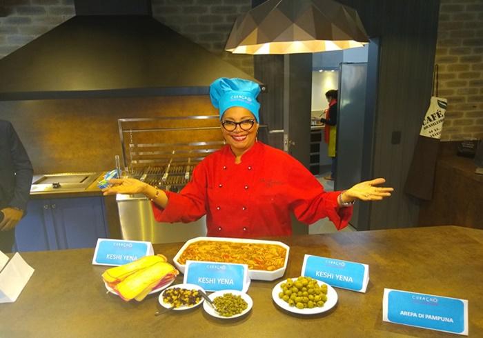 Tania Ataoellah-Henriquez, chef de cozinha natural de Curaçao, preparou a receita de Keshi Yena no evento