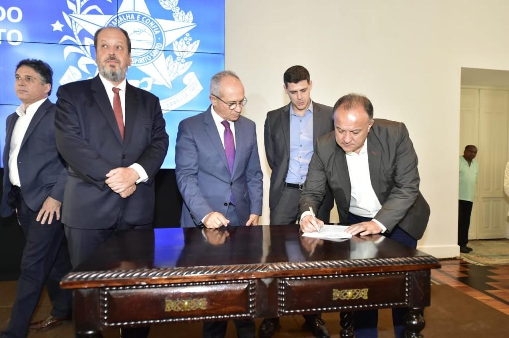 O secretário de Turismo, Paulo Renato, durante a assinatura do acordo, com Eduardo Sanovicz, presidente da Abear, e Paulo Hartung, governador do Espírito Santo