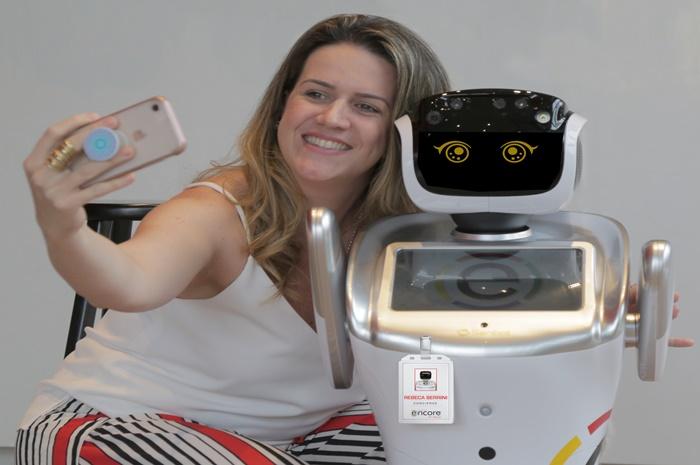 Fernanda Schaper, gerente geral do Ramada Encore Berrini, junto com o robô