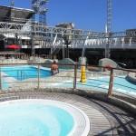 Área externa conta com piscina e jacuzzis