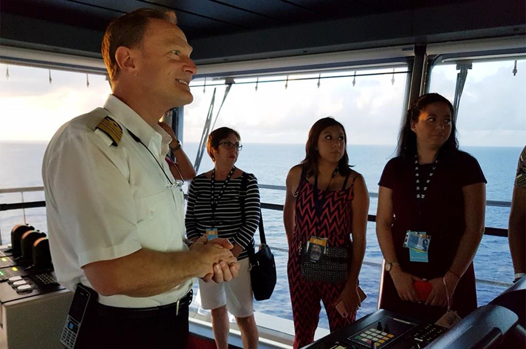 Capitão Hempstead recebeu imprensa na cabine de comando