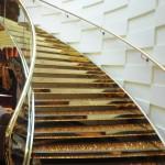 Escada com pedras Svarovski no Yacht Club tem detalhes dourados