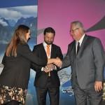 Fabricio Jeronimo, da Gol/KLM, recebe o WTM Global Awards 2018 junto com Roy Taylor, presidente do M&E