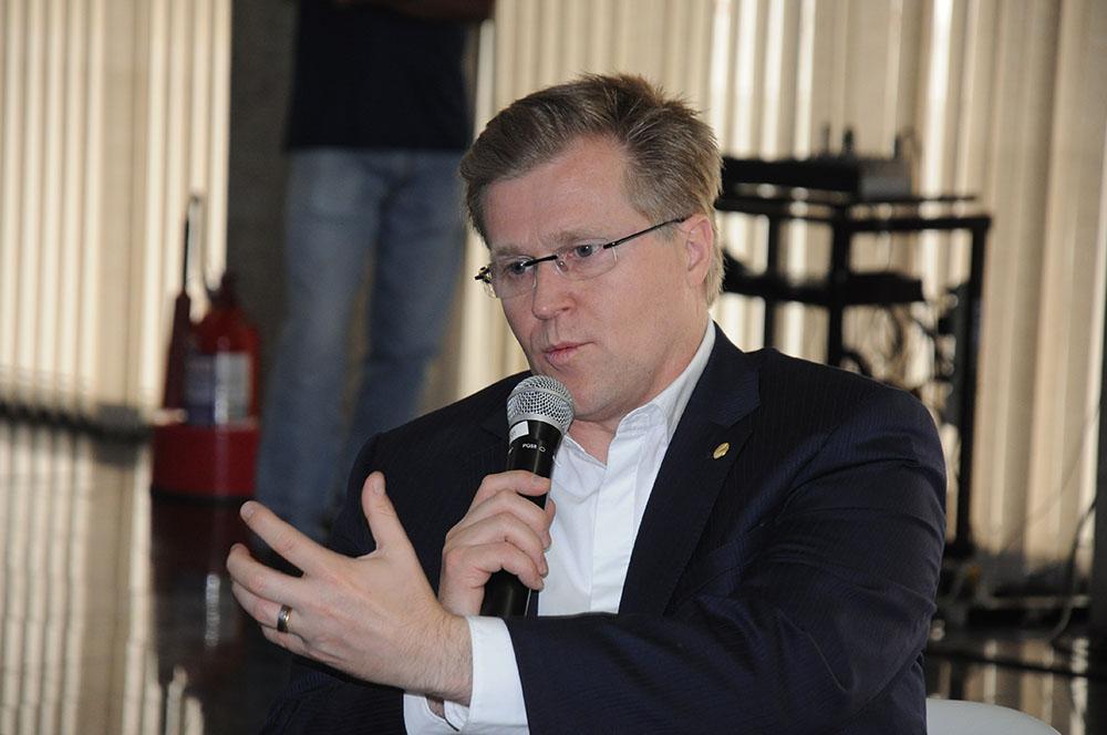 Holger Paulmann, CEO da SKY Airline, durante coletiva de imprensa