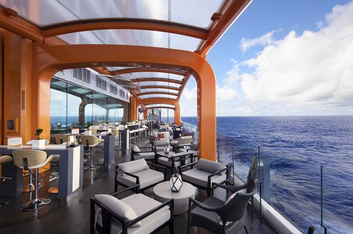 Magic Carpet, área de maior destaque do Celebrity Edge, localizada em uma plataforma que vai do topo do navio aos decks mais baixos, a poucos metros do mar