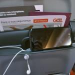 Poltronas contam com apoio para passageiro assistir vídeos no celular