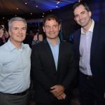 Roberto Hobeika e José Mario Caprioli, da Azul, e Daniel Fischer, diretor de Vendas da Airbus