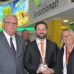 Roy Taylor e Rosa Masgrau, do M&E, com Fabricio Jeronimo, da Gol/KLM, com o troféu WTM Global Awards 2018