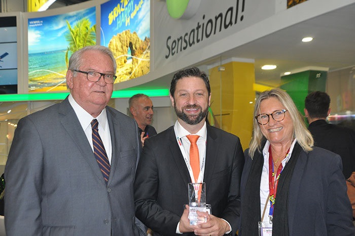 Roy Taylor e Rosa Masgrau, do M&E, com Fabricio Jeronimo com o troféu WTM Global Awards 2018