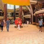 Royal Promenade conta com uma série de lojas e restaurantes