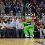 Stuff, mascote do Orlando Magic diverte a plateia nos intervalos