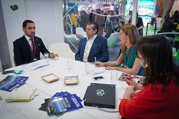 Alisson Andrade, da Embratur; Danny Callagham, executivo da LATA; Maria Badakh, da Jacobs Media Group, e Megan Greaves, da LATA, em reunião no estande da Embratur na WTM Londres 2018