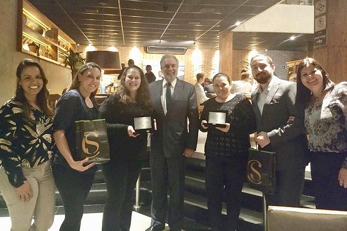 O presidente Celso Guelfi, acompanhado das executivas de conta, Renata Motta e Bete Antunes prestigiaram os profissionais na ocasião